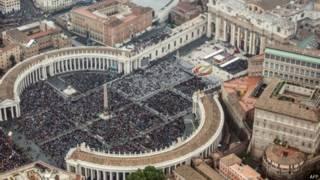 Католики на площади Святого Петра в Риме (27 апреля 2014 года)