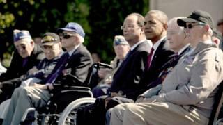 奧巴馬(右)與奧朗德(左)和當年參加戰役的老兵紀念諾曼底登陸70週年。