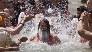 कुंभ मेले में स्नान करता साधू