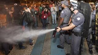 साओ पाओलो में प्रदर्शनकारियों पर काली मीर्च स्प्रे करती पुलिस