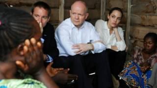 آنجلینا جولی و ویلیام هیگ در صحبت با زنان آفریقایی