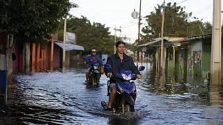 Motociclistas en Tacumbú, barrio de Asunción