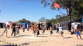 Jogo de crianças na Copa do Povo, perto do Itaquerao | Foto: BBC Brasil