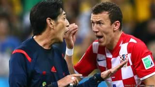 Trọng tài Yuichi Nishimura và Ivan Perisic của Croatia sau một pha phạm lỗi