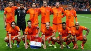 Các tuyển thủ Hà Lan trong trận vòng loại với Hungary hôm 11/10/2013, hàng sau từ trái sang Jeffrey Bruma, Michel Vorm, Daryl Janmaat, Ron Vlaar, Kevin Strootman, Rafael van der Vaart. Hàng đầu từ trái sang Daley Blind, Robin van Persie, Arjen Robben, Jeremain Lens và Nigel de Jong