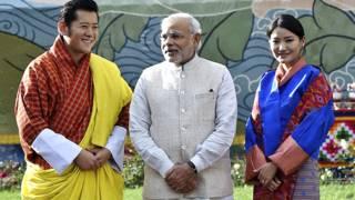 भूटान के नरेश और उनकी पत्नी के साथ भारतीय प्रधानमंत्री नरेंद्र मोदी