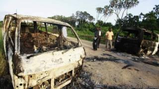 Vehículos quemados en la carretera principal entre Mpeketoni y Lamu
