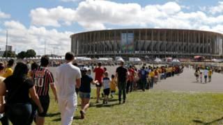fila no estádio de Brasília   AP