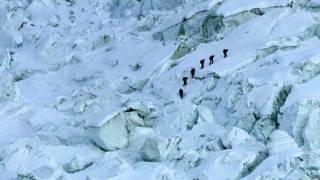 खुंबु आइसफ़ाल से होकर गुजरते पर्वतारोही