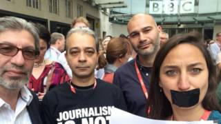 Periodistas de la BBC frente a New Broadcasting House