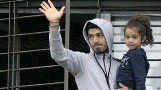 Suarez e sua filha na sacada de casa (AP)