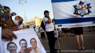 Изображения троих пропавших на флаге Израиля 29 июня 2014 года
