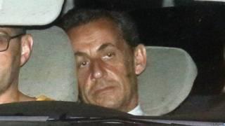 Николя Саркози в полицейской машине