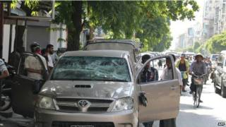 Birmania carro con los vidrios rotos