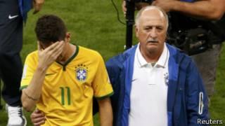 Filipe Scolari (iburyo) asaba abanye Brezil kumubabarira