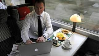 ट्रेन में इंटरनेट का प्रयोग करता एक यात्री