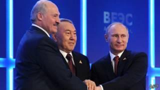 Владимир Путин, Александр Лукашенко и Нурсултан Назарбаев жмут руки в Астане 29 мая 2014 года