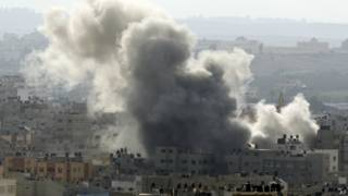 Дым поднимается над зданиями в секторе Газа