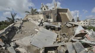 Palestino caminha em destroços de casa que polícia diz ter sido destruída por bombardeio de Israel. 15 de julho de 2014 | Foto: Reuters
