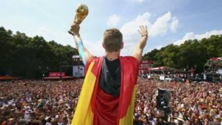 Torcedores recepcionam a seleção alemã em Berlim (Reuters)
