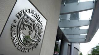 logo a la entrada del FMI en Washington