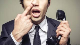Мужчина говорит по телефону и ковыряет в носу