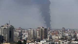 Columna de humo desde la planta de energía de Gaza