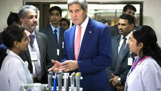 आईआईटी दिल्ली के छात्राओं से बातचीत करते अमरीकी विदेश मंत्री ज़न केरी