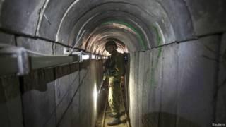 Soldado em túnel que, segundo Israel, foi construído pelo Hamas