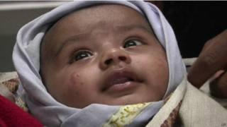 Bebê resgatada com mãe após deslizamento na Índia. Crédito: AP