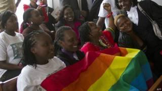 Des membres du collectif LGBT jubilant à l'annonce de l'abrogation de la loi.