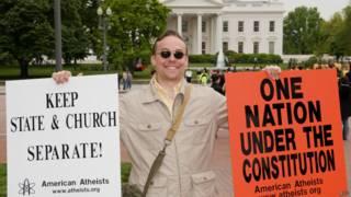 Homem faz protesto por liberdade religiosa. Credito: AFP