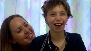 Kieran fica feliz ao ver suas novas orelhas / Crédito: BBC