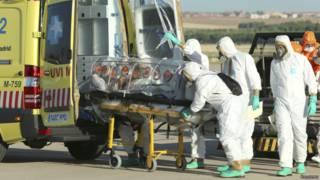 """Заразившегося вирусом Эболы священника транпортируют в машину """"скорой помощи"""" в Мадриде"""