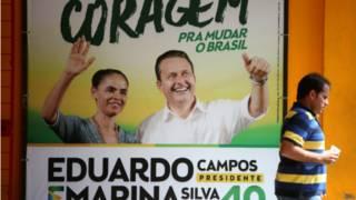Pedestre passa em frente ao comitê da campanha Campos-Marina no Recife (EPA)
