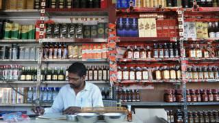 केरल में शराब की दुकान