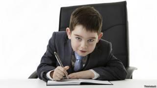 Мальчик, изображающий из себя бизнесмена