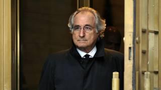 Берни Мэдофф выходит из здания Федерального суда