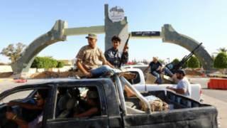 Wapiganaji wakilinda uwanja wa ndege wa Tripoli baada ya kuuteka