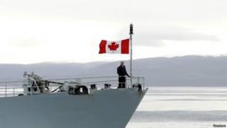 Премьер-министр Канады Стивен Харпер осматривает канадский Арктический архипелаг