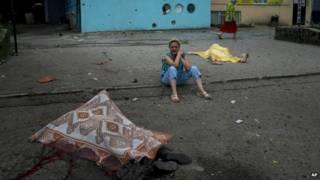 На улице Луганска после бомбардировки