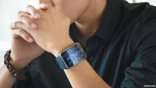 يد شخص بها ساعة سامسونغ