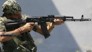 Combatente espanhol luta ao lado dos rebeldes / Crédito: Reuters