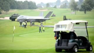 Гольфмобиль и макеты боевой техники перед саммитом НАТО в Уэльсе