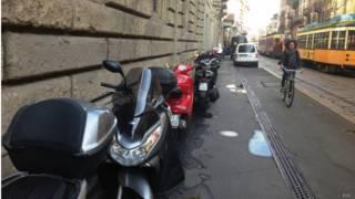 Lambretas estacionadas na Itália. Credito: BBC