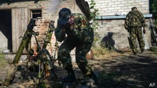 Пророссийские повстанцы стреляют из миномета в Донецке 3 сентября