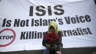 Protesto na Indonésia diz que 'Isis (atual EI) não representa o islã' (EPA)