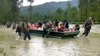 जम्मू में बाढ़ में फंसे लोगों को निकालते भारतीय सेना के जवान