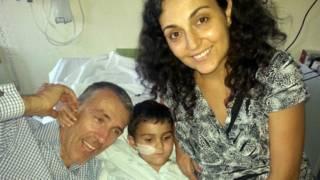 金氏夫婦與兒子阿什亞(中)在馬拉加母嬰醫院團聚。