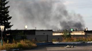 Fumaça sai do aeroporto de Donetsk (foto: AFP)